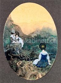 Drei Frauen in Trachten in Landschaft sitzend